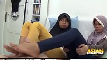 >porn18+ คลิปโป๊วัยรุ่นมุสลิม นอนใช้เท้าชักว่าวให้แขกขาวอินเดีย สเต็ปเอาฝ่าเท้ารูดควยอย่างเด็ด แถมสลับกันชักควยซะด้วย จนคิดว่าเย็ดเท้าแทนรูหีซะแล้ว