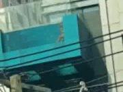>คลิบหลุด หนุ่ม สาว เล่นเซ็กหนังสดในสระน้ำ ใจกลางเมืองกรุงเทพบนตึกย่านอโศก ดูกันให้เต็มๆ ห้ามพลาด 18+ xXx