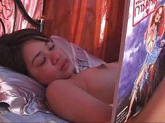 >หนังRไทย ดูหีน้องอะตอมดาราไทย18+ เรื่องหนูอยากดัง นอนแก้ผ้าอ่านการ์ตูนผู้ใหญ่ XXX จนโดนเพื่อนพี่ชายสอนเสียวคาเตียงอย่างมันส์
